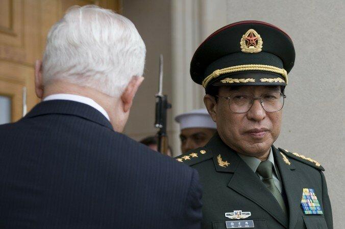 Министр обороны США Роберт Гейтс (слева) приветствует вице-председателя Центрального военного совета Китая, генерала Сюй Цайхоу (справа) в Пентагоне, Вашингтон, 27 октября 2009 года.