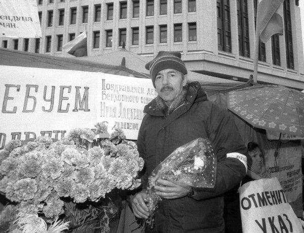 Ю. Мешков перед зданием Верховного Совета Крыма, 1991 г.
