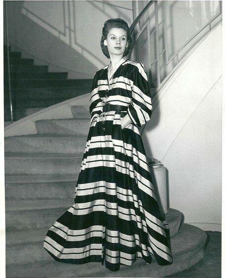 Платье в полоску ищ тафты от К. Баленсиага, 1945 г.