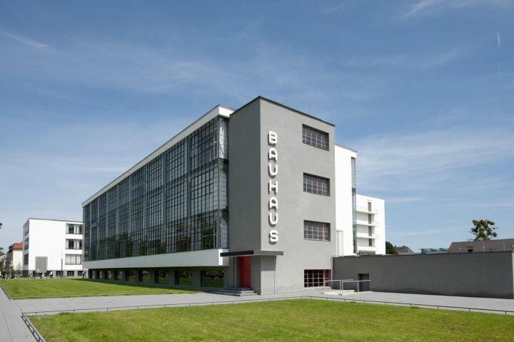 Здание компании Баухауз в Дессау (Германия), 1920-е гг.  - пример архитектуры функционализма