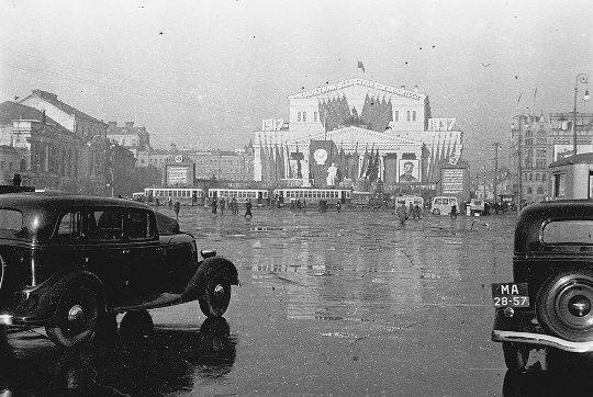 Большой театр украшен к юбилею 20 лет революции. Фото 1937