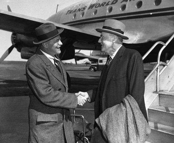 Госсекретарь США Джон Фостер Даллес (справа) приветствует своего брата директора ЦРУ Аллена Даллеса в нью-йоркском аэропорту, 1960-е гг.