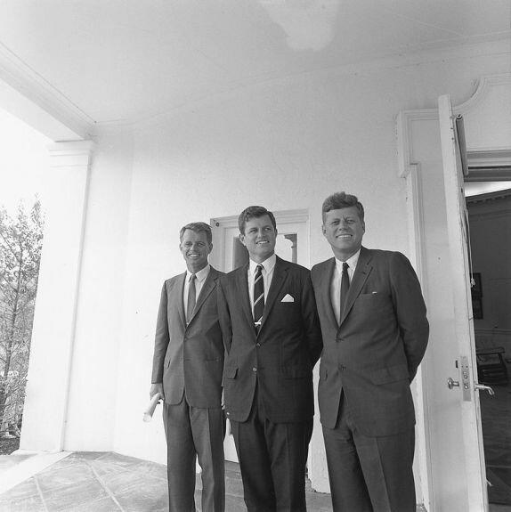 Братья Кеннеди: (слева направо) Роберт, Эдвард, Джон. 28 августа 1963 г.