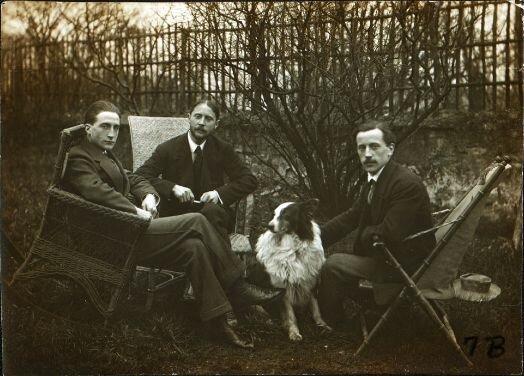 Марсель Дюшан, Жак Вийон, Рэймон Дюшае-Вийон и его собака Пайп в саду студии Вийона в Пюто, Франция, 1913 г. Неизвестный фотограф