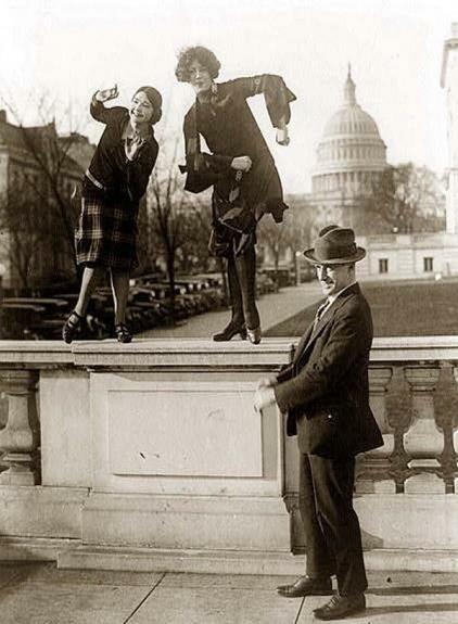 Танец Чарльстон, исполняемый на фоне Капитолия, Вашингтон. США. Фото: 1920-е гг.