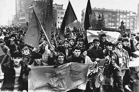 Демонстрация этнических албанцев против сербского давления, Приштина. Фото: 1988 г.