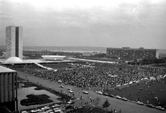 Митингующие призывают правительство к импичменту Колора. Фото: сентябрь 1992 г.