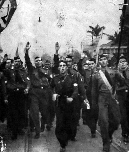 Интегралисты на митинге демонстрируют «римское приветствие». Фото: 1935 г.