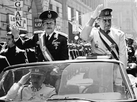 Два диктатора. Парагвайский президент Альфредо Стресснер (слева) прибыл с визитом в Чили год спустя после путча