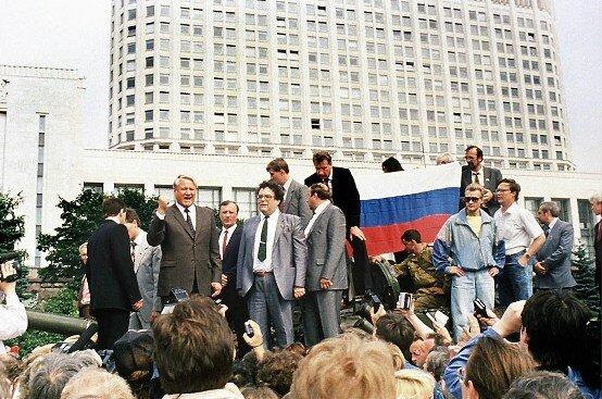 Б. Ельцин выступает на митинге в дни Августовского путча, 1991 г.