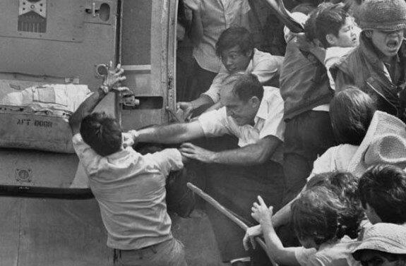 Эвакуация Сайгона, 30 апреля 1975 года. Американсец бьет вьетнамца, не давая зайти в последний вертолет из посольства США