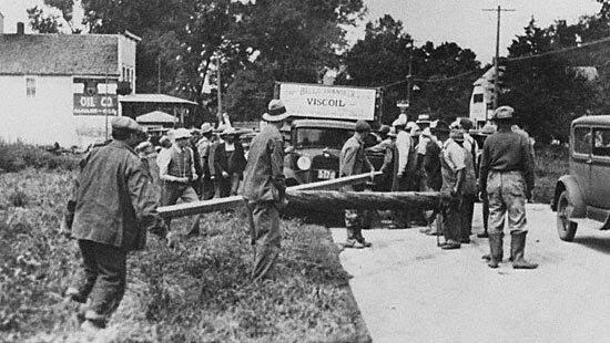 Фермеры перекрыли дорогу к рынку в Сиу Сити. Фото 30-х годов