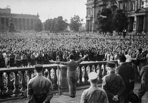Геббельс выступает на митинге