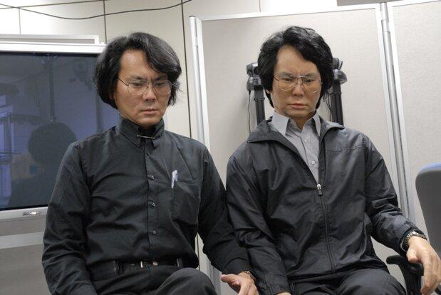 Геминоид Хироси Исигуро рядом с создателем