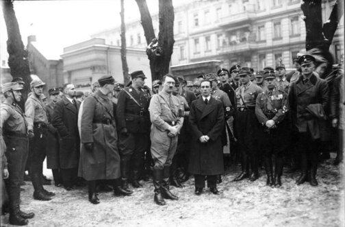 Гитлер на могиле Хорста Весселя