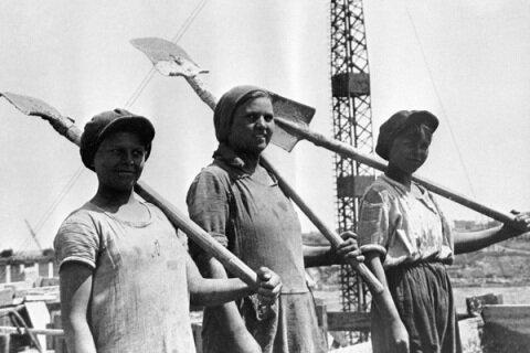 Группа комсомолок-бетонщиц на строительстве Днепрогэса, 1931 год