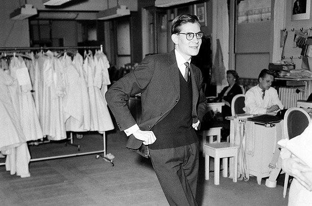 Ив Сен Лоран в своем парижском ателье. Фото 14 марта, 1958 г.