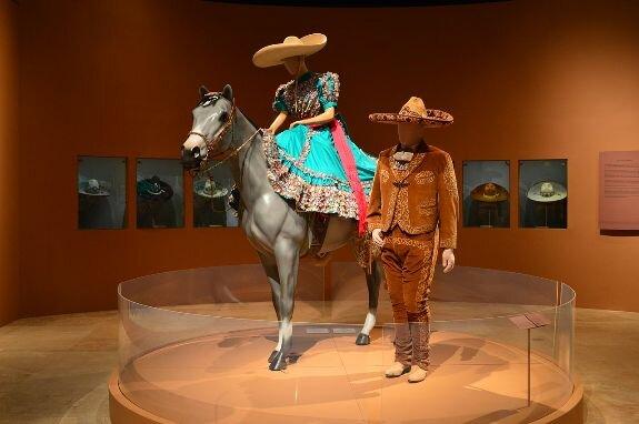 Мужчина и женщина чарро в традиционных костюмах и сомбреро. Музей дель Норесте, Монтеррей, Мексика