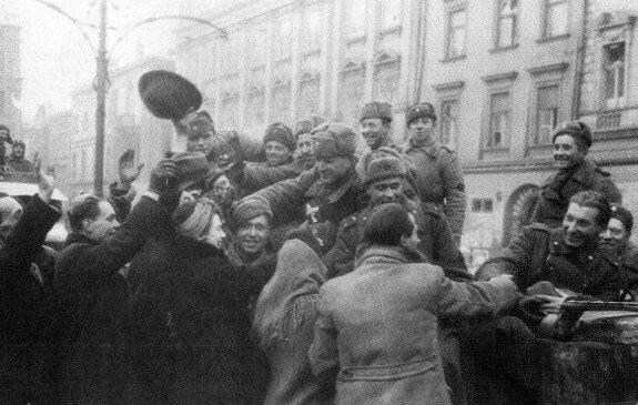 Жители польского Кракова приветствуют бойцов и офицеров 1-го Украинского фронта Красной армии