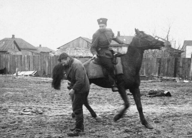 полицай рубит партизан