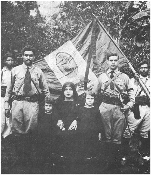Командиры кристерос со знаменем своего полка. Фото: 1926 г.