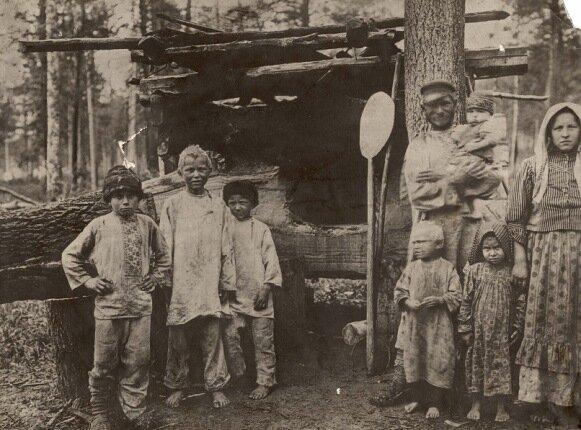 Крестьяне-переселенцы у временного жилья, фото 1911 г.