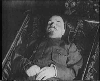 тело Ленина в мавзолее