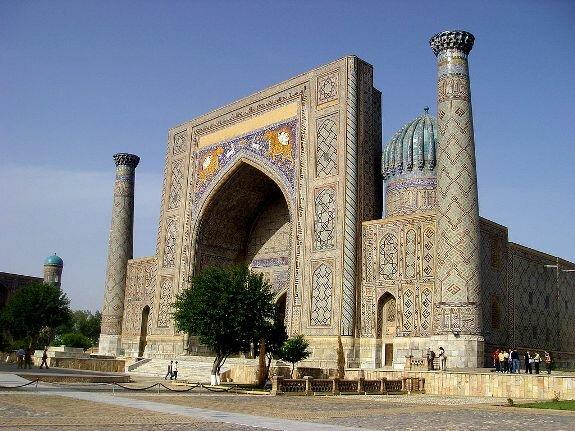 Медресе Шер-Дор на площади Регистан в Самарканде