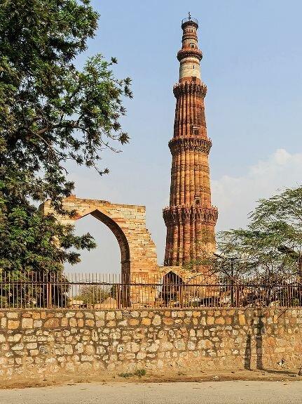 Минарет Кутб-Минар. Самый высокий в мире кирпичный минарет. Построен в Дели несколькими поколениями правителей династии Туглакидов