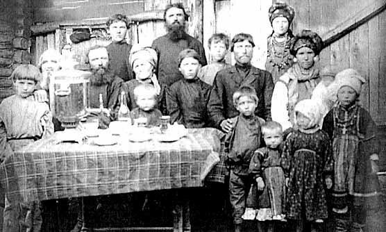 Мордовская семья за столом