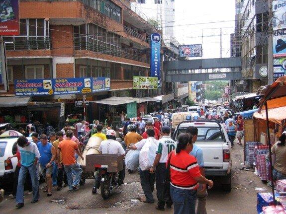 На улицах Сьюдад-дель-Эсте, Парагвай. Фото: http://www.kirakira.org/