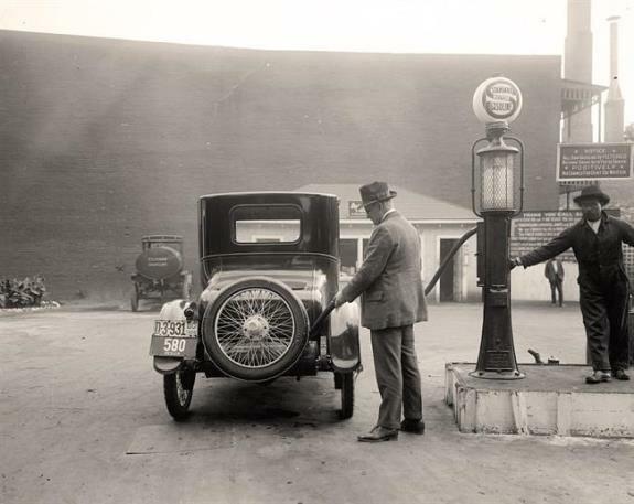 Обычная американская заправка. Фото: 1920-е гг.