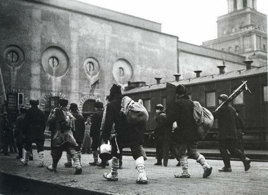 На заработки в Москву. Казанский вокзал, 1930 г., фото А. Шайхета