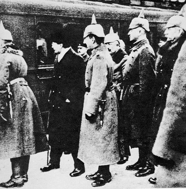 германские офицеры встречают советскую делегацию