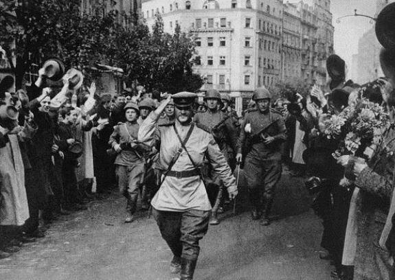 Жители Белграда торжественно встречают советских солдат-освободителей. Фото: октябрь 1944 г.