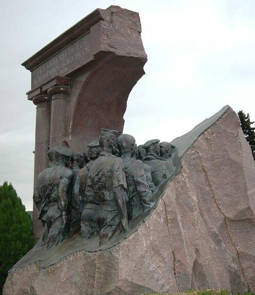 Памятник советским добровольцам, воевавшим в Испании в годы гражданской войны, Мадрид. Скульптор А. Рукавишников, архитектор И. Воскресенский. Открытие: 9 мая 1989 г.
