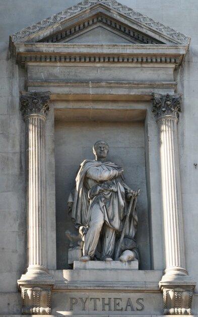 Статуя Пифея на фасаде Дворца Биржи. Марсель. Франция