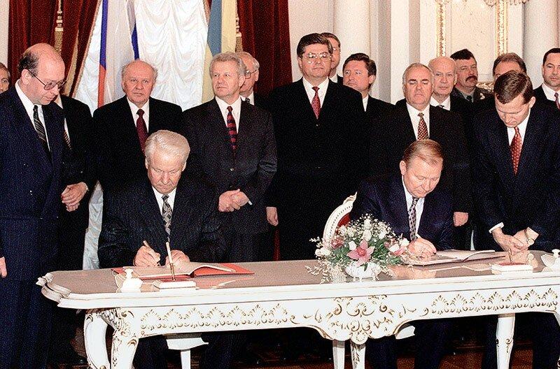 Борис Ельцин и Леонид Кучма подписывают «Договор о дружбе, сотрудничестве и партнерстве между Российской Федерацией и Украиной», 31 мая 1997 г.