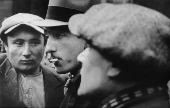 Рабочие завода Renault во время сидячей забастовки. Булонь-Билланкур, Франция, май-июнь 1936 г. Фотограф Р. Капа