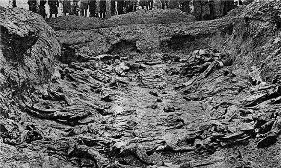 Раскопанная могила жертв Катынского расстрела. Фото: 1943 г.