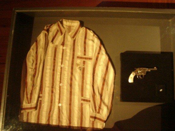 Револьвер, из которого застрелился Варгас и пижамная рубашка, в которую он был один в этот момент. Экспонируется в президентском дворце Бразилии