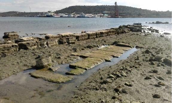 Руины классического периода на северной оконечности бухты. Credit: Chr. Marabea