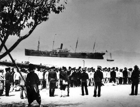 Русские военнопленные на пристани в Иокогаме.  1905 г.