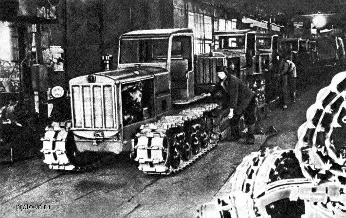 Сборка тракторов на конвейере Сталинградского тракторного завода. Апрель 1945 г.