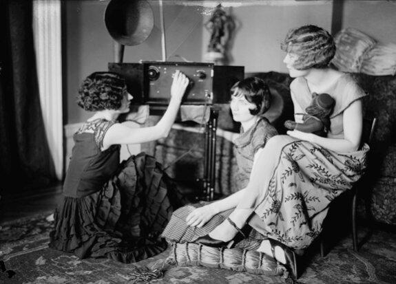 Сестры Брокс слушают радио. Фото: середина 1920-х гг.