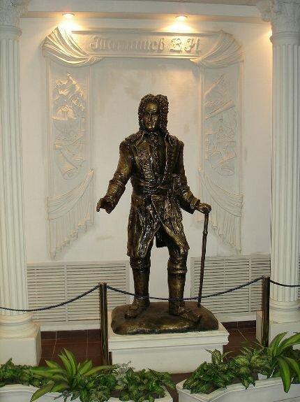 Скульптура Татищева в ВУиТ, Тольятти