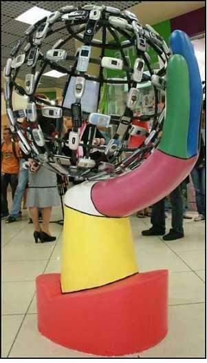 Скульптура О. Резникова и И. А. Бойко из мобильных телефонов