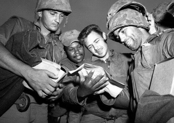 Американские морские пехотинцы читают телеграмму о прекращении огня в Корее. Фото 1953 г.