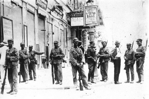 Солдаты на улицах Афин во время переворота генерала Пангалоса