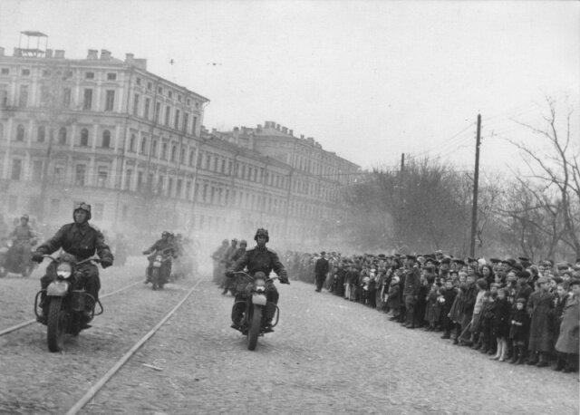советские солдаты на Харлеях